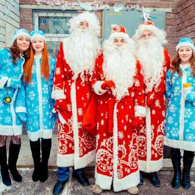 Дед Морозы и Снегурочки в меховых костюмах.