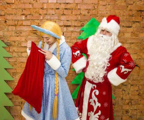 Дед Мороз и Снегурочка с мешком подарков.