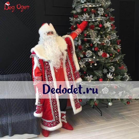 Кремлевский костюм Деда Мороза рядом с елкой в Самаре